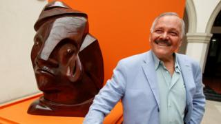 El artista mexicano José Luis Cuevas junto a una de sus esculturas