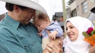 Justin Trudeau Suriyeli bebeği kucaklayıp fotoğraf çektirdi.