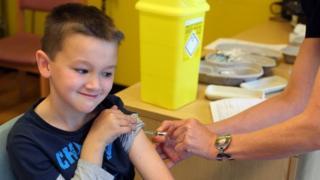 کودکی در حال واکسینه شدن