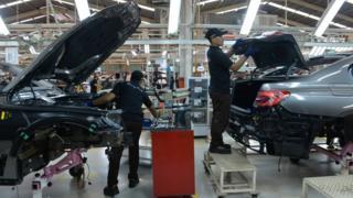 Pekerja di pabrik mobil mewah BMW 7-series di Jakarta, 30 November 2016