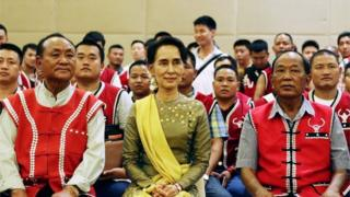 Aung San Suu Kyi and members of the United Wa Army sit for a photo in Nay Pyi Taw, Myanmar (29 July 2016)