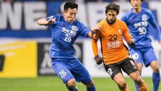Le club indique vouloir faire un exemple en lui infligeant en outre une amende de 300 000 yuans (40 777 euros), une somme énorme pour un footballeur chinois.