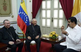 El presidente de Venezuela, Nicolás Maduro (derecha), habla con el representante del Vaticano en el país, Pietro Parolin (izquierda) y el presidente de la Conferencia Episcopal diego Padrón durante una reunión en Caracas el 14 de junio de 2013.