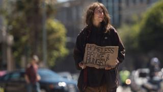 Moradora de rua pede dinheiro nas ruas de San Francisco, nos EUA
