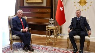 Wasiirka arrimaga dibedda Mareykanka ex Tillerson oo la kulmay madaxweynaha Turkiga Tayyip Erdogan