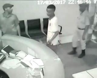 Kamera za CCTV zinamuonyesha kamisha Paul Makonda (mwenye kofia), akiwa anasindikizwa na polisi waliojihami