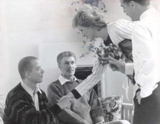 เจ้าหญิงไดอานาทรงจับมือกับผู้ป่วยเอดส์ซึ่งพักอยู่ที่ศูนย์เอดส์ไลต์เฮาส์ลอนดอน วันที่ 5 ต.ค. 1989