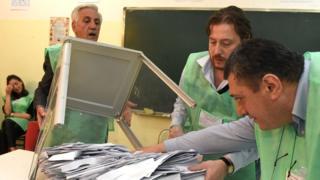 На избирательном участке во время первого тура парламенских выборов в Грузии
