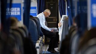 「ヒル・フォース・ワン」とあだ名で呼ばれるクリントン陣営専用機内で、ジョン・ポデスタ選対委員長