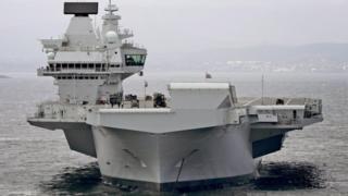 """حاملة الطائرات البريطانية """"الملكة إليزابيث"""" قبالة السواحل الاسكتلندية"""