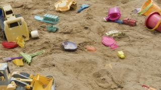 Игрушки в песочнице
