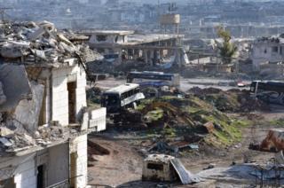 Сирийские государственные СМИ сообщают, что в воскресенье автобусы для эвакуации заехали в восточный Алеппо, однако в течение нескольких часов не смогли выехать оттуда