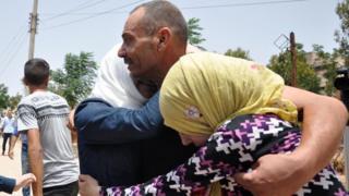 سوريون يعودون إلى منازلهم في حمص