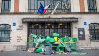 The entrance of the High School Claude Bernard in Paris is blocked by waste bins (23 February 2017)