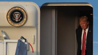 """الرئيس ترامب خلال وصوله إلى مطار بالم بيتش، يوم 10 فبراير / شباط 2017، على متن الطائرة الرئاسية """"إير فورس وان"""""""