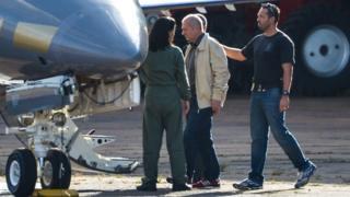 Ex-ministro Paulo Bernardo é preso em Brasília e levado para avião