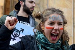 Tiflis'te bir eylemci slogan atarken.
