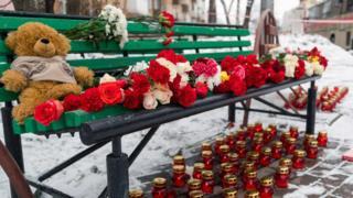 Цветы и свечи на месте пожара в кемеровском ТЦ