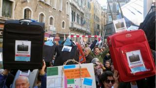 Protesto gösterisi düzenleyen Venedikliler