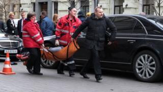 Убийцу вороненкова несут в скорую помощь
