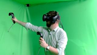 Dave Lee trying VR