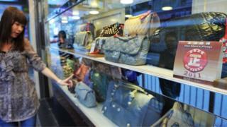 Lüks əşyalar Çin gəncləri arasında çox populyardı.
