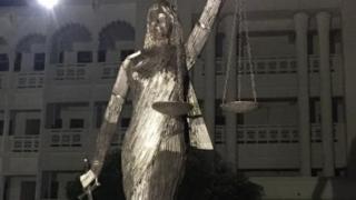 সুপ্রিম কোর্ট ভবনের সামনে থেকে সরিয়ে ভাস্কর্যটি অ্যানেক্স ভবনের সামনে পুনঃস্থাপন করা হয়