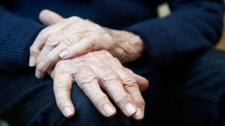 mãos de idoso