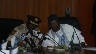 Ministan tsaro na Nijeriya Abdulrahman Dambazau da shugaban hukumar shige da fice ta kasar Mohammed Babandede