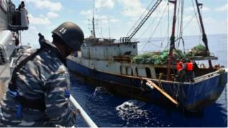 Lực lượng hải quân Indonesia bắt giữ nhiều tàu nước ngoài, trong đó có cả tàu Trung Quốc, vào đánh bắt cá bất hợp pháp trong vùng biển của mình