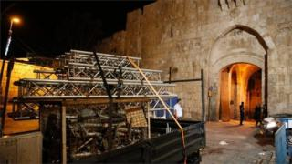 Lorry removes scaffolding from outside Jerusalem holy site (27/07/17)