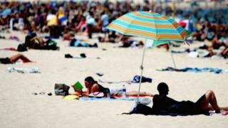 Des touristes sur une plage (Illustration)