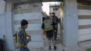 Iraqi troops search buildings in Mosul