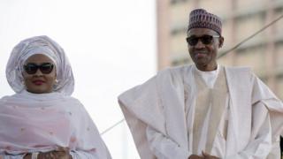 Aisha Buhari kushoto na mumewe rais Muhammadu Buhari wa Nigeria