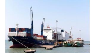 Il y a aussi les contraintes d'espace obligeant les navires à souvent attendre à l'ancrage avant d'entrer au port de Banjul
