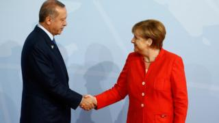 ميركل وأردوغان يتصافحان في قمة العشرين في ألمانيا، السابع من يوليو/تموز 2017