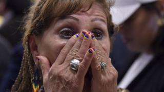 Colombiana observa los resultados con sorpresa.