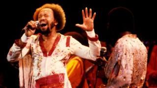 カリフォルニア州オークランドで歌う「アース・ウィンド・アンド・ファイアー」のホワイトさん。1979年12月1日。