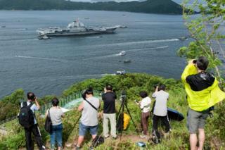 摄影爱好者与军事迷在香港岛摩星岭一带山头拍摄辽宁号进港(7/7/2017)