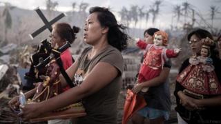 Filipinli kadınlar dini törende yürüyor