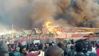Des spectateurs impuissants devant la force des flammes qui ravagent le City Market de Lusaka