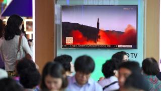 People for Seoul watch news report about di missile launch (15 Sept 2017)