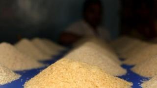 ভারত, ভিয়েতনাম,পাকিস্তান,থাইল্যান্ড এবং তুলনামূলক কম দাম হওয়ার কারণে মিয়ানমার থেকে চাল আমদানি করে বাংলাদেশ