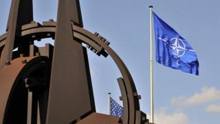 Флаг НАТО у штаб-квартиры в Брюсселе