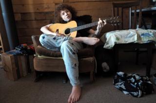 Sky toca guitarra