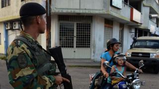 Un militar en la calle en una ciudad de Venezuela