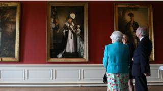 The Queen with artist Nicky Philipps and the Duke of Buccleuch