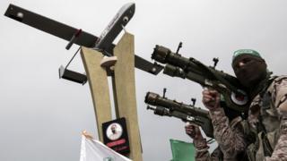 أفراد من كتائب عز الدين القسام ومعهم طائرة بدون طيار