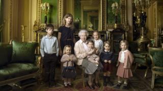 ひ孫5人と孫2人に囲まれたエリザベス女王