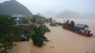 Floods surround houses in Ha Tinh province, Vietnam, on 15 October 2016